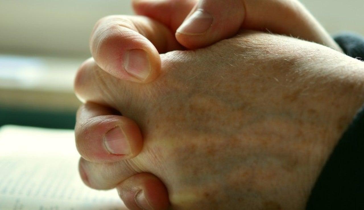 Crujir los dedos y otras cosas cotidianas que atraen la buena suerte