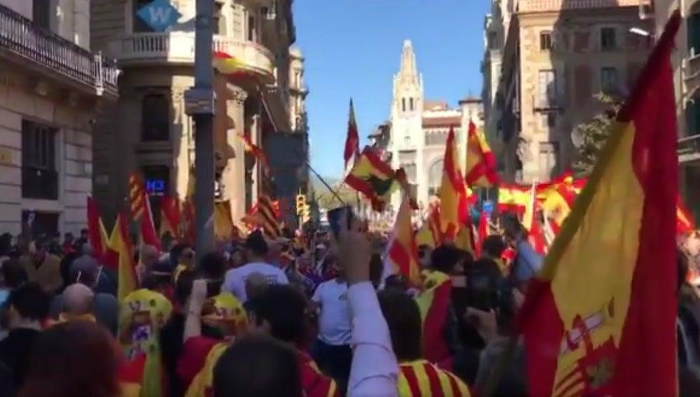 Manifestantes frente a la sede la Policía Nacional en Barcelona para mostrarles su apoyo