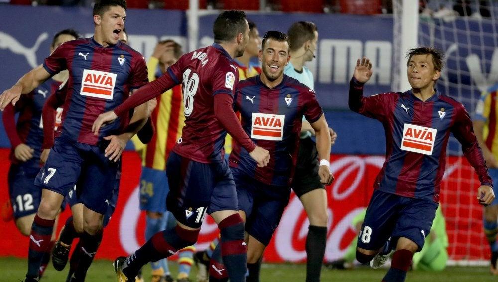 Los jugadores del Eibar celebran un gol ante el Levante