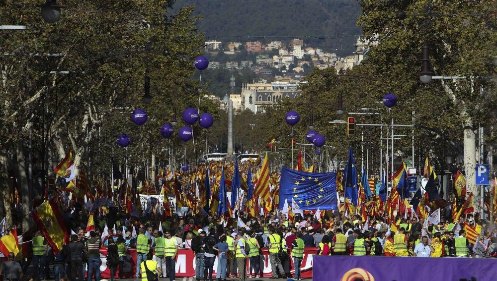 Miles de personas se manifiestan en Barcelona contra la declaración de independencia