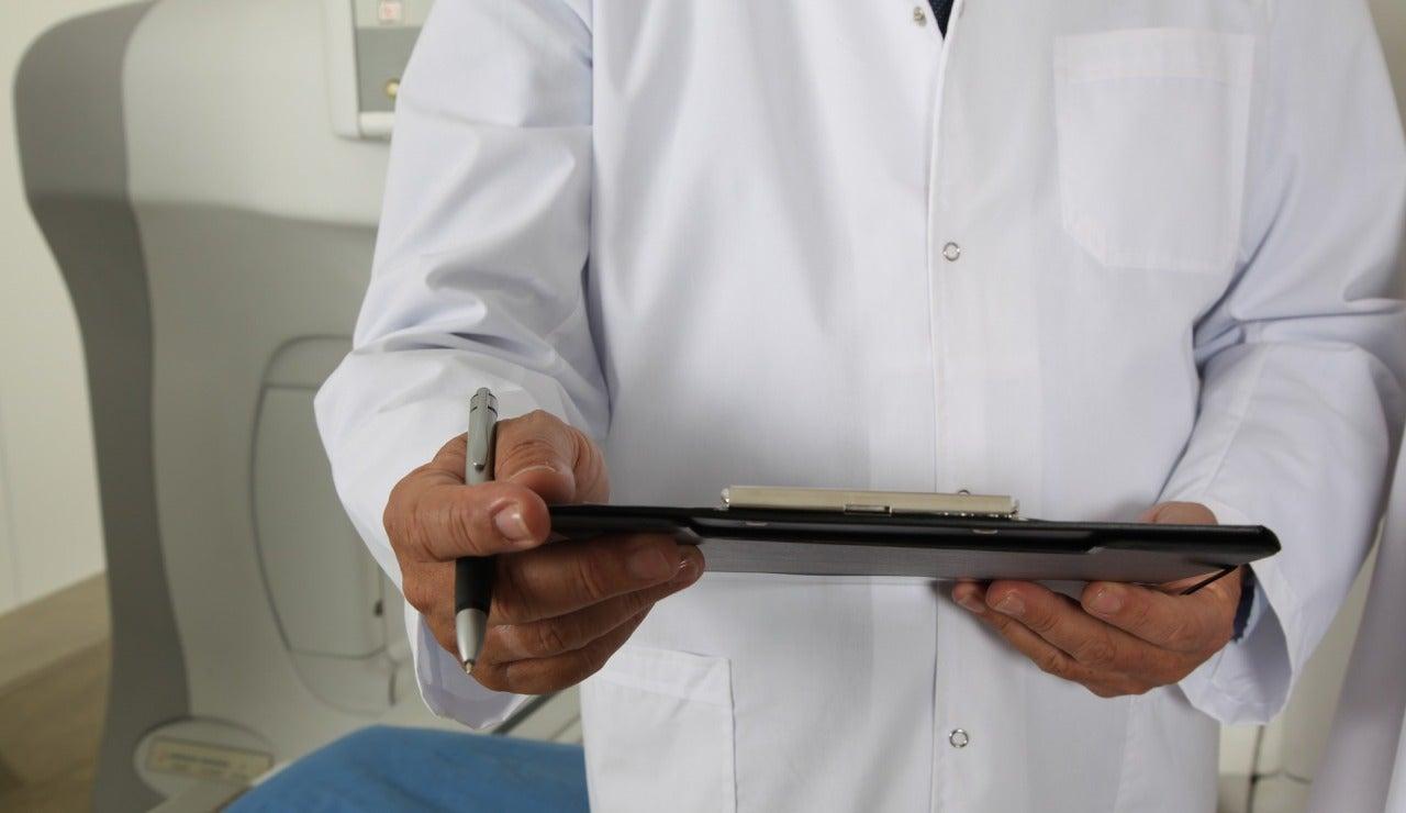 Un médico en la consulta