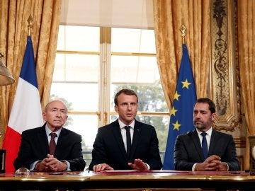 El presidente francés Emmanuel Macron (c) atiende a los medios junto al ministro de Interior Gerard Collomb (izda), y al primer ministro francés, Edouard Philippe