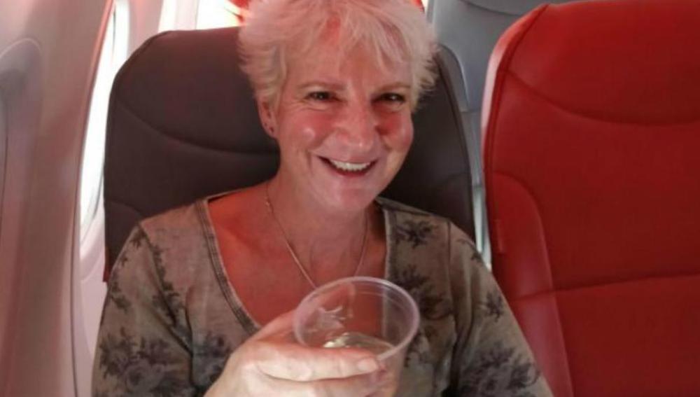 Una mujer, totalmente sola en un avión