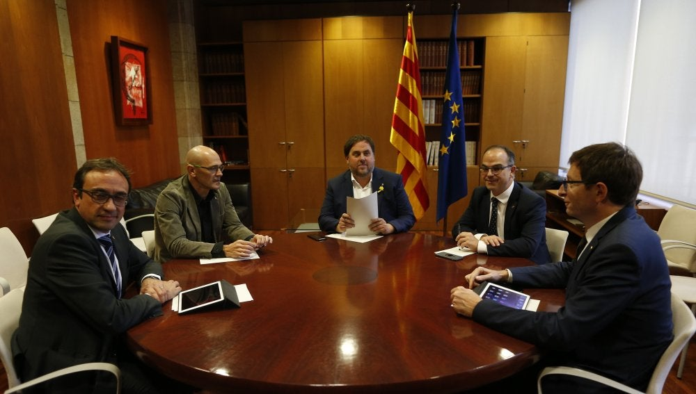 Josep Rull (i), Raül Romeva (2i), Carles Mundó (d), Jordi Turull (d) y Oriol Junqueras