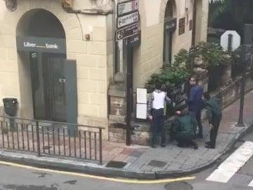 Un agente herido en un tiroteo en Cangas de Onís por un atraco a un banco donde hay dos rehenes