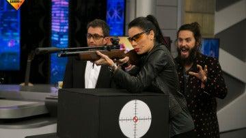 Pilar Rubio abre una botella de cerveza con un disparo de película