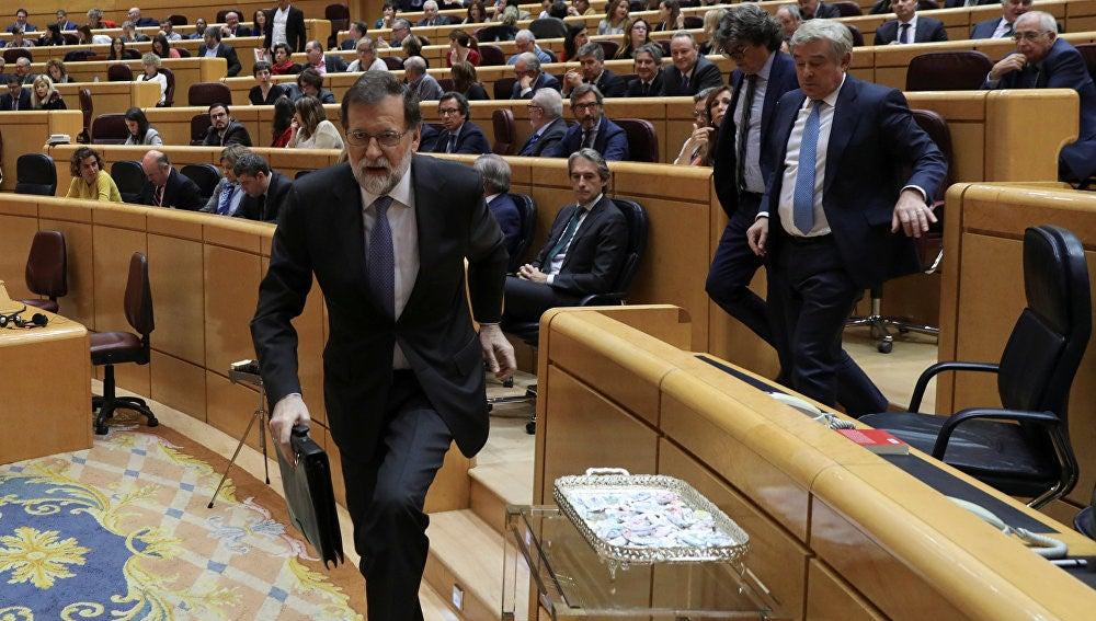 Rajoy saliendo del Senado