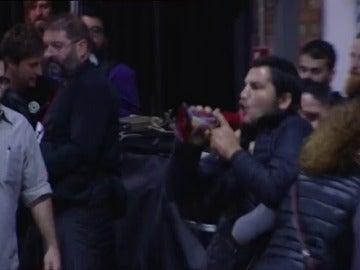 """Un hombre llama """"traidora"""" a Colau con un megáfono en pleno acto en Barcelona"""