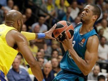 Anthony Randolph trata de encestar ante la defensa del Maccabi