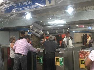Un ataúd en el Metro de Ciudad de México