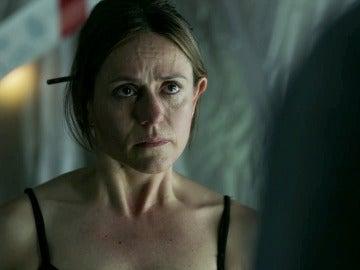 """Raquel, rota de dolor, exige la verdad a El Profesor: """"¿Te acostaste conmigo solo porque soy la inspectora al mando del caso?"""""""