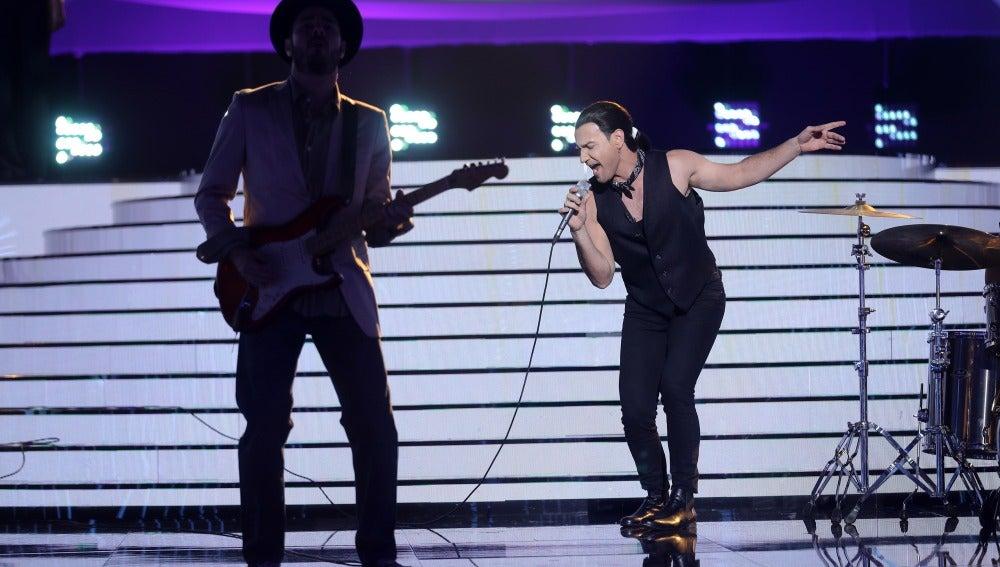 Un Miquel Fernández rockero se deja la piel con 'I still haven't found what I'm looking for' como Bono de U2