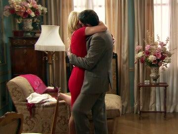 Charo se consuela en los brazos de Carvajal
