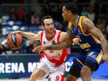 Malcolm Thomas lucha por el balón con Marcelinho Huertas