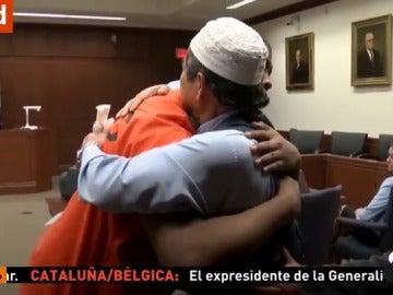 Un padre abraza al asesino de su hijo en pleno juicio mientras la madre del condenado pide perdón entre lágrimas a la familia de la víctima