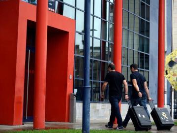 Agentes de la Guardia Civil entran en una comisaría de los Mossos para buscar información del 1-O