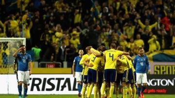 Los jugadores de Suecia celebran el gol ante Italia