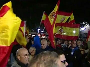 Una concentración en Sabadell pide que la bandera de España vuelva a ondear en su ayuntamiento