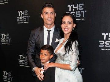 Cristiano Ronaldo junto a su hijo y Georgina Rodríguez