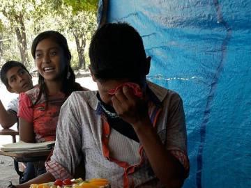 La emoción de un adolescente mexicano al recibir su primera tarta de cumpleaños