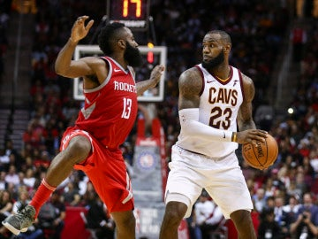 James Harden intenta robar el balón a LeBron James