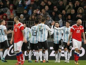 Los jugadores de la selección de Argentina celebran un gol