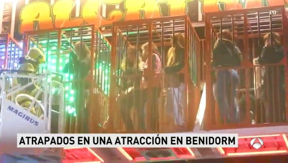 Una veintena de personas quedan atrapadas en una atracción de la feria de Benidorm