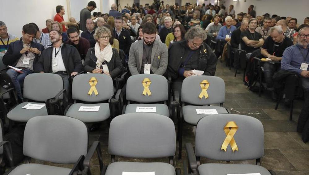 Lazos amarillos en las sillas vacías de los tres exconsellers y el vicepresidente del Govern de ERC, encarcelados