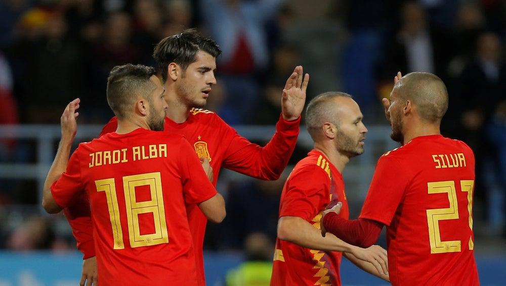 Los jugadores de la selección española celebran uno de sus goles
