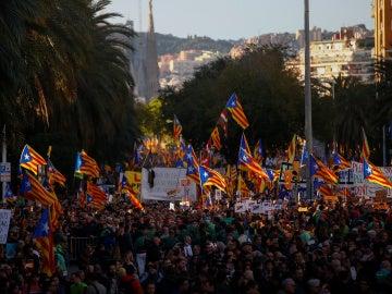 Miles de manifestantes por la liberación de los presos en Barcelona