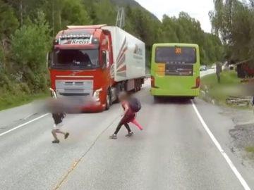 Un niño evita milagrosamente ser arrollado por un camión