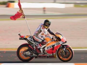 Marc Márquez celebra su cuarto título con la bandera del 93