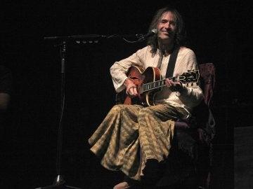 El cantante y compositor Robe Iniesta durante el concierto que ofrece en el Palacio de los Deportes