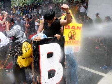 La Policía filipina usa cañones de agua contra un millar de manifestantes