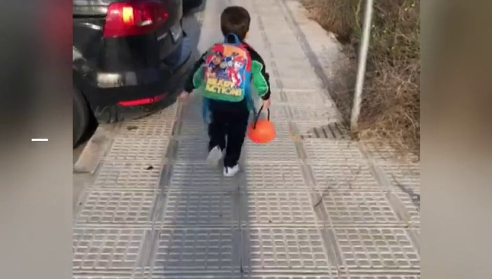Un niño corriendo