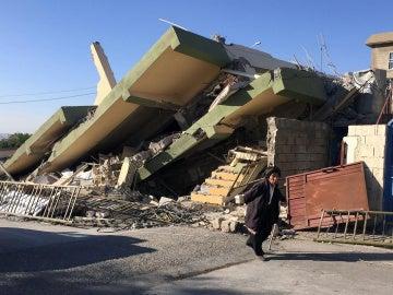 Un edificio derrumbado tras el terremoto