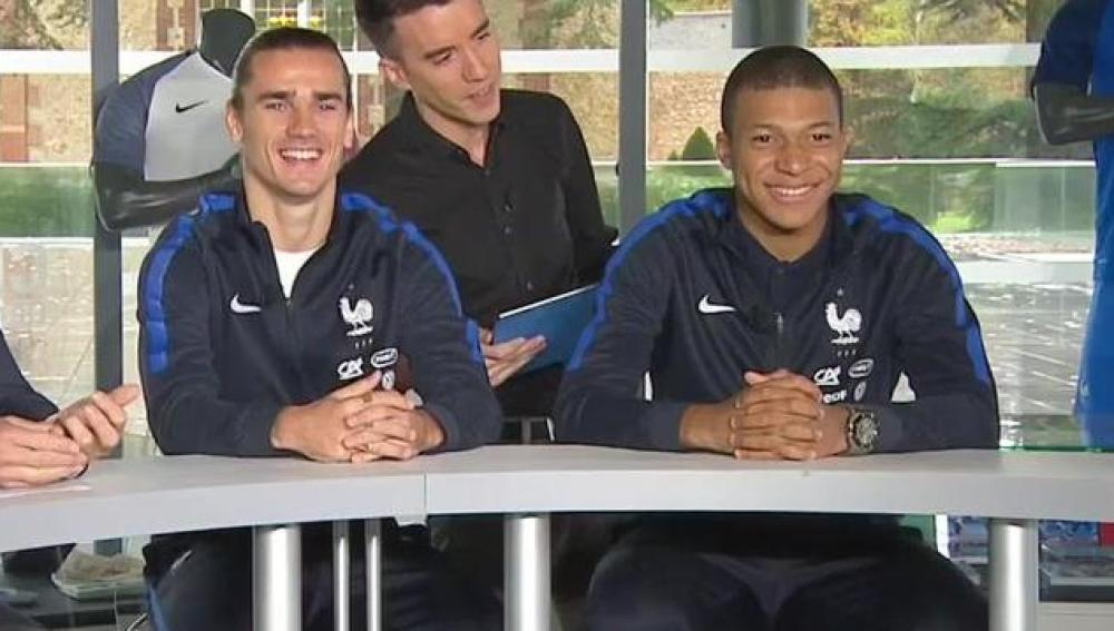 Griezmann y Mbappé, junto a Lizarazu
