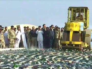 En Pakistán destruyen toneladas de drogas y alcohol ilegal