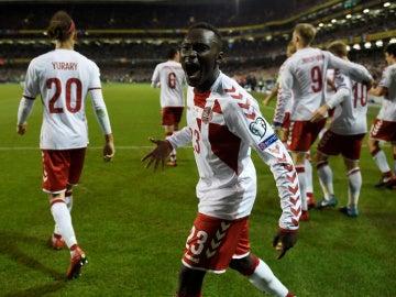 Pione Sisto celebra uno de los goles de Dinamarca