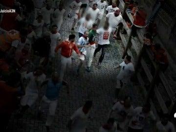 A la caza de 'La Manada' tras la denuncia de violación múltiple en San Fermín: los pantalones oscuros los delatan entre la multitud