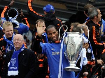 Drogba, con el trofeo de campeón de la Champions