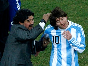 Maradona felicita a Messi tras un partido de Argentina