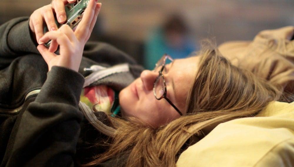 Una mujer usando el móvil