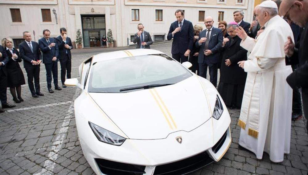 El Papa recibe un Lamborghini valorado en 200.000 euros