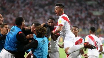 Los jugadores de Perú celebran el segundo gol ante nueva Zelanda