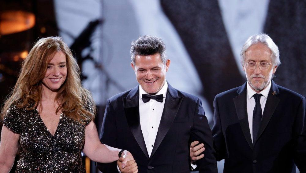 Laura Tesoriero (i) y Neil Portnow (d) presentan al cantante y compositor español Alejandro Sanz
