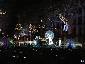 Barcelona ya luce alumbrado navideño tras un homenaje a las víctimas del atentado de las Ramblas