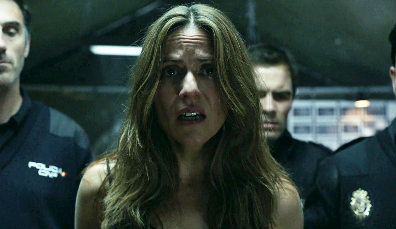 Raquel, presencia el momento en el que la policía entra en el hangar