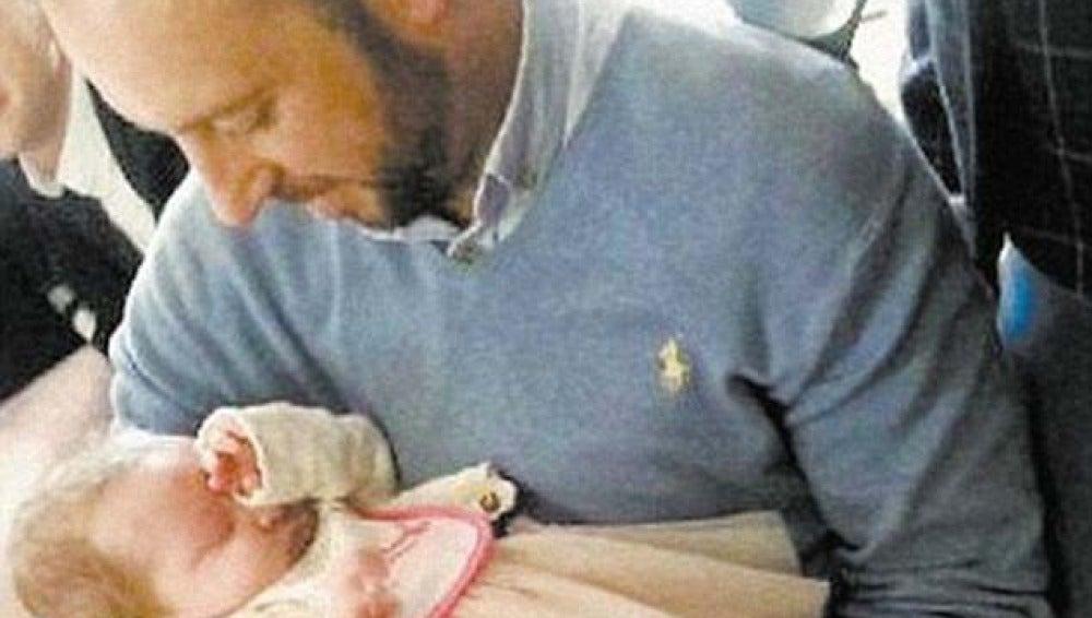 Davit Walsh, el testigo del accidente, coge ahora en brazos a la bebé que salvó