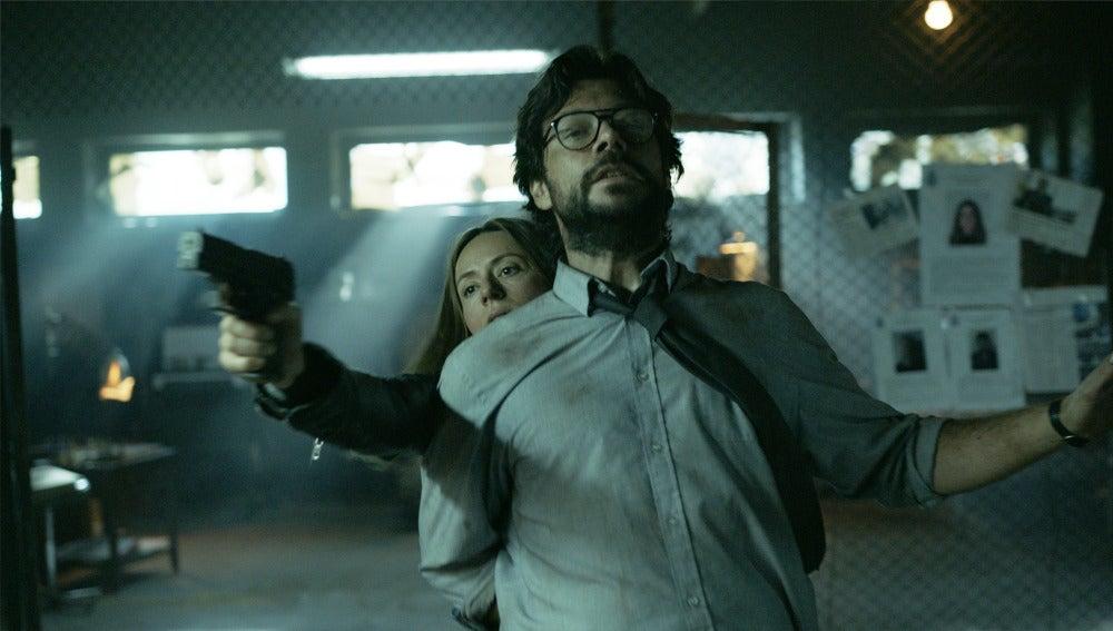 """Raquel entra en el hangar de El Profesor: """"No te mato ahora porque quiero verte 30 años en un penal"""""""